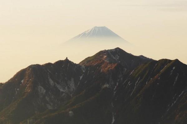 甲斐駒から鳳凰山ごし