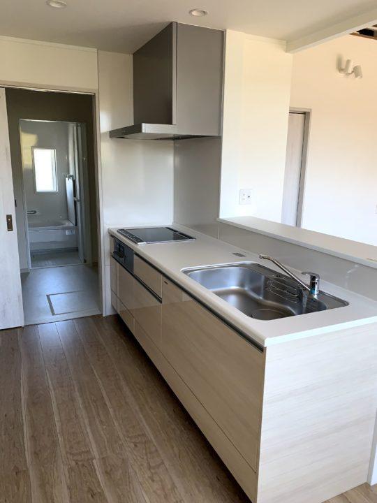キッチンサイズは2400mmで一戸建て並みの仕様にしています。